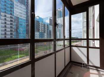Темно-коричневые окна на балконах